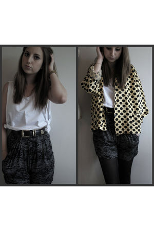 gray Topshop shorts - black vintage belt - white Primark vest - yellow vintage j