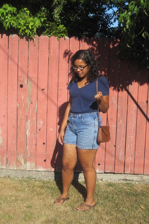 blue Old Navy shirt - blue shorts - brown Rainbows shoes - brown purse