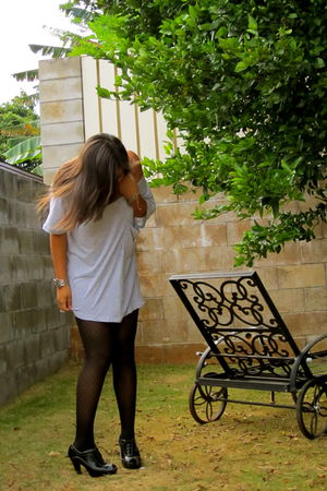 gray Miley Cyrus & Max Azria t-shirt - black Aldo tights - black Fergalicious bo