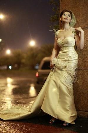 Nine West shoes - Amonn Velasco dress - birdcage veil Amonn Velasco accessories