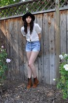 black vintage hat - beige vintage blouse - blue vintage levis shorts - brown Urb