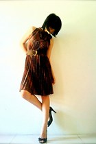 dark brown pleated random dress - black lace random heels - brown vintage belt