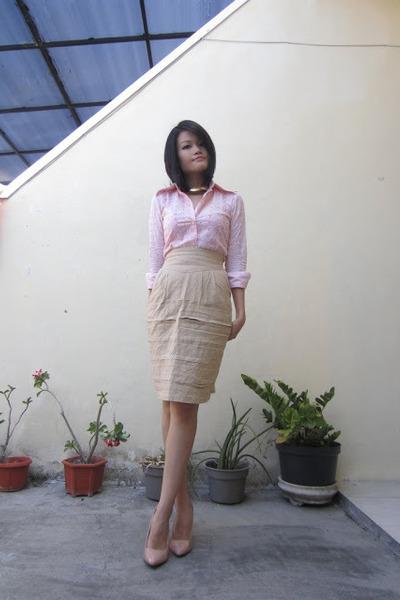 nude patent leather Newlook heels - light pink eyelet vintage shirt