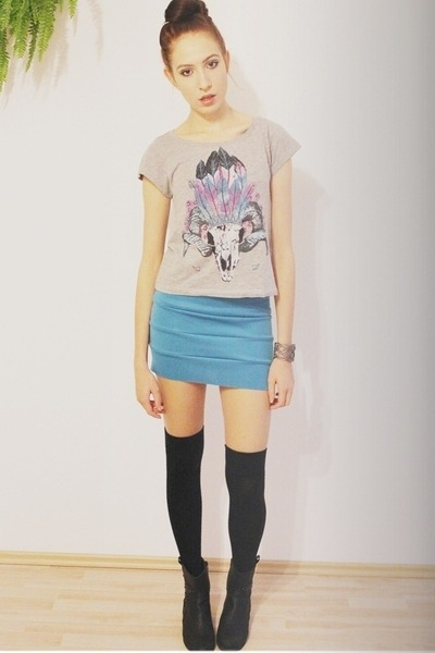 heather gray printed H&M t-shirt - black cowboy boots