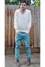 Light-brown-clarks-shoes-turquoise-blue-levis-jeans