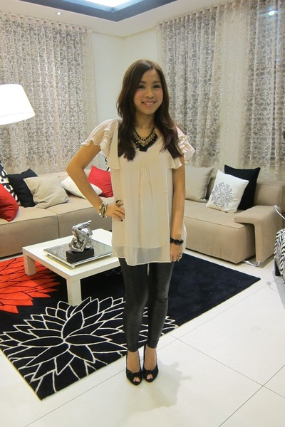 peach Forever 21 top - black Topshop leggings - gold Forever 21 necklace - gold