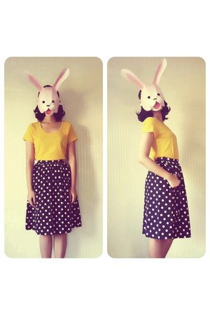 black polka dot skirt - mustard t-shirt