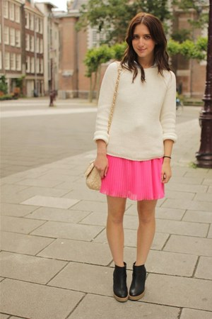 hot pink pleated mini Zara Kids skirt - white knit Zara Kids sweater