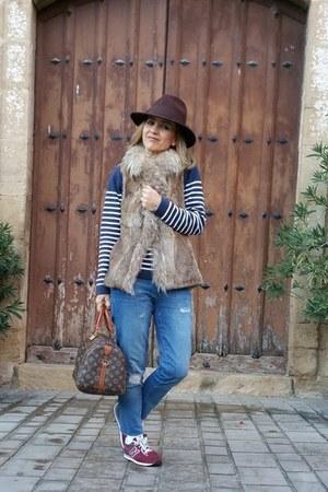 navy ripped Zara jeans - crimson fedora Cortefiel hat
