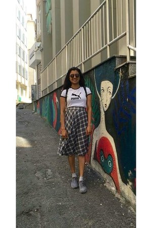 navy plaid unknown skirt - heather gray sneakers - white vintage t-shirt