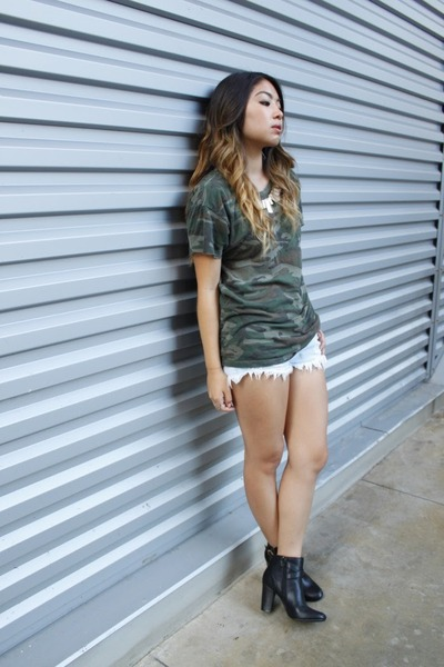 forest green camouflage Urban Outfitters t-shirt - black Target boots