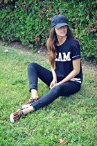 black team Ardene t-shirt - brown leopard slip-on Aldo sneakers