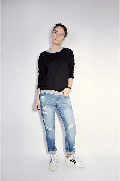 blue Ardene jeans - white superstar Adidas sneakers