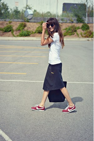 black nylon tote Lacoste bag - maroon retro nike sneakers - black Puma skirt