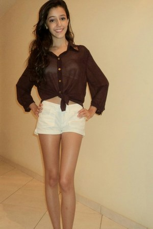 white shorts - purple tachinhas blouse