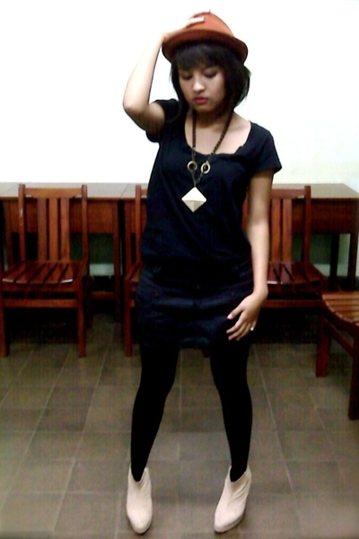 hat - H&M t-shirt - Zara skirt - stockings - tailored boots - accessories