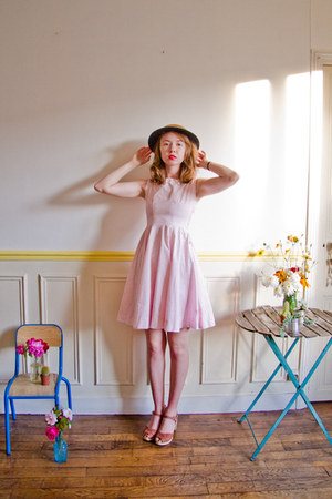 bubble gum vintage dress - camel vintage hat - tawny Swedish Hasbeens clogs