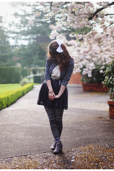 silver boots - heather gray leggings - off white shirt