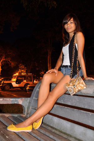 gold chain strap purse - black vest