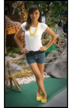 white top - black belt - shorts - yellow necklace - yellow shoes