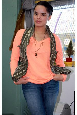 Levis jeans - Gap t-shirt - Zara vest
