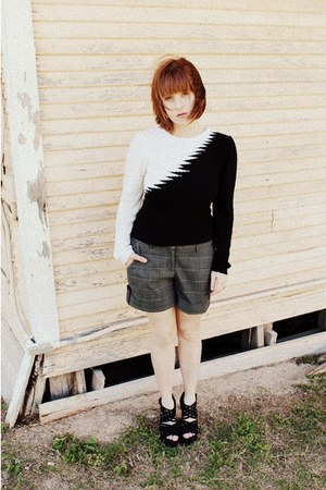 black sweater - gray Gap shorts - black Lulus sandals