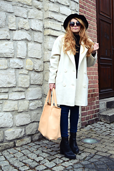 black ankle boots Stradivarius boots - off white oversized vintage coat
