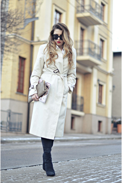 beige trench coat second hand coat - black ankle boots Nelly boots