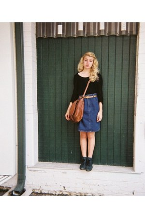 black t-shirt - dark green boots - jean skirt