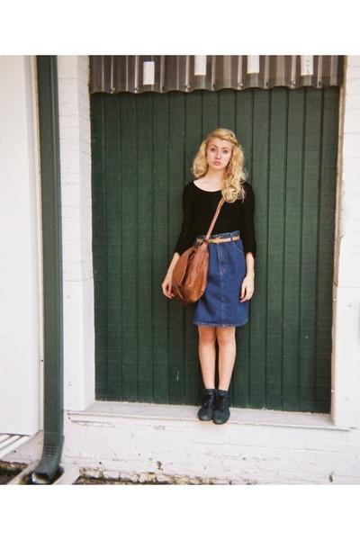 black t-shirt - dark green boots - jean skirt