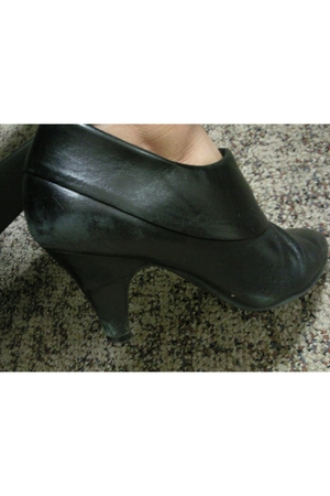 black Cant remember the brand but I bought them at Macys boots