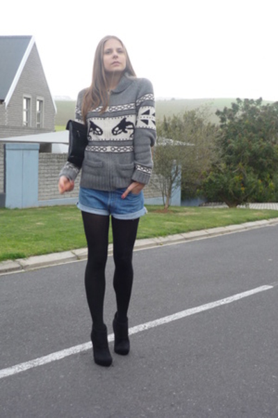 Aritzia sweater - Levis shorts - Zoom shoes