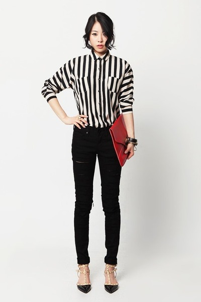 black jeans - red bag - beige blouse