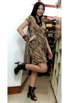 beige vintage dress - black Trunkshow shoes - black Girlshoppe necklace - orange