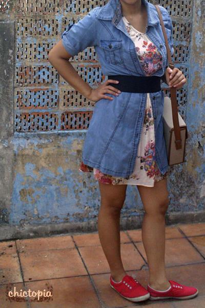 blue jeans - beige dress - red shoes - beige bag - black belt