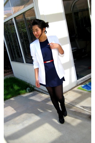 blue t-shirt - black shoes - white blazer - black tights - red belt