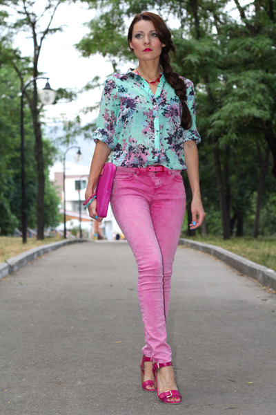 aquamarine New Yorker shirt - bubble gum New Yorker jeans