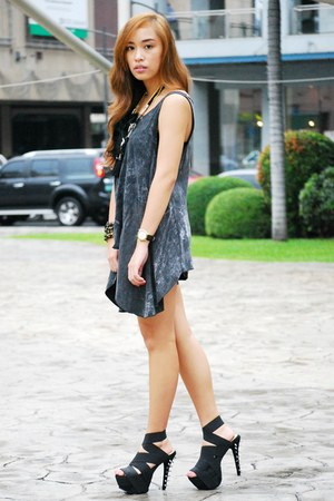 gray top - black heels DAS shoes