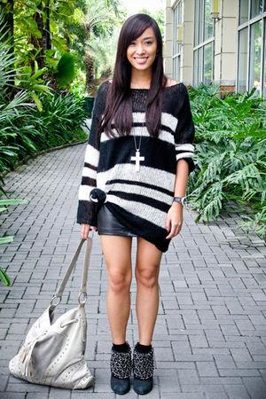 gray shoulder bag random brand purse - black chained Zara shoes