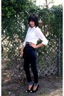 Black-wallet-high-waisted-jeans-white-buttonup-blouse-gold-metal-belt