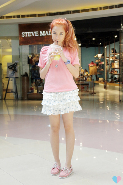 white Chemistry skirt - pink laced Sebago shoes