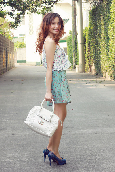 white tote Guess bag - sky blue frilly floral Chemistry shorts