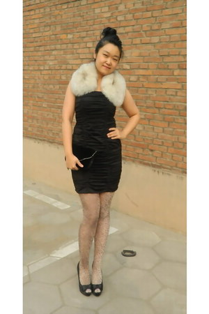 ivory faux fur random brand scarf - black H&M dress