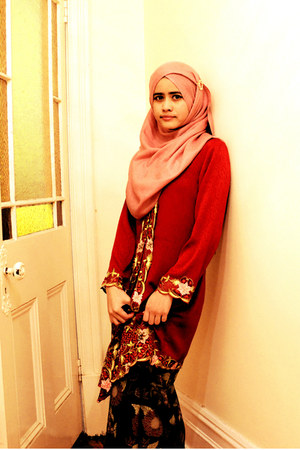 maroon Sarawak blouse - bubble gum jalan TAR scarf - gold unknown accessories