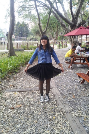 blue denim shirt - black skirt - black Converse sneakers