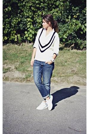 navy boyfriend jeans American Eagle jeans - white v-neck Nasty Gal sweater