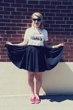 white i 3 paris souvenir t-shirt - black wayfarers Ray Ban sunglasses