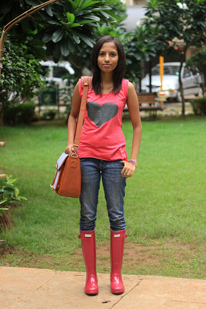 burnt orange camera Jo Totes bag - ruby red Hunter boots - navy Lee jeans