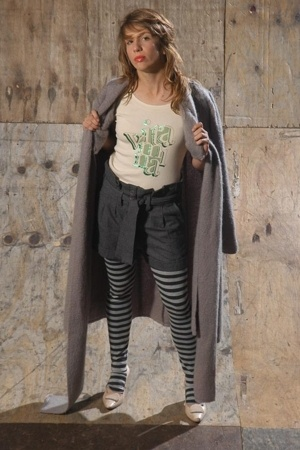 vitamina t-shirt - ay not dead shorts - carolina yrigaray blazer - Ona Saez legg
