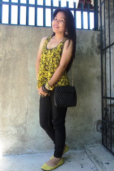 black top - yellow flats